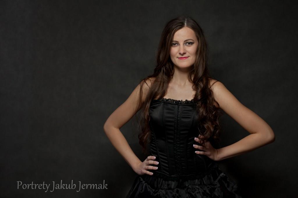 Basia w czarnej suknii - sesja glamour