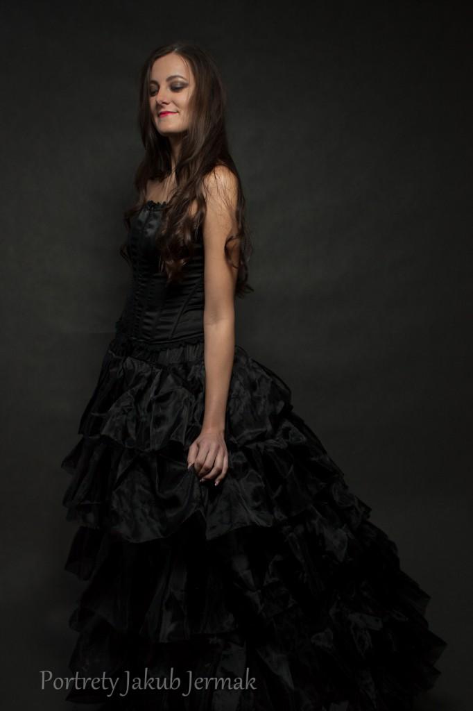 Basia w czarnej suknii
